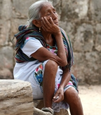 Quelle: www.piqs.de - © Fotograf: Frank Kovalchek – Titel: Sweet but ancient Mayan vendor looking totally frazzled...