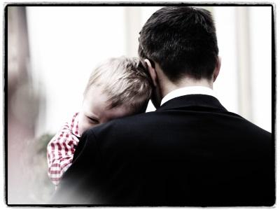 Inte-rim_Management_Blog_Foto_Juergen_Becker_weinendes_Kind_vom_Vater_auf_dem_Arm_getröstet